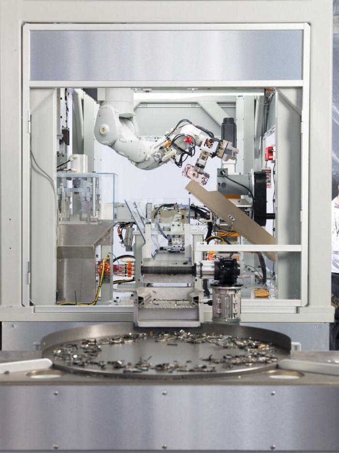 Cận cảnh robot phá hủy iPhone mới nhất của Apple