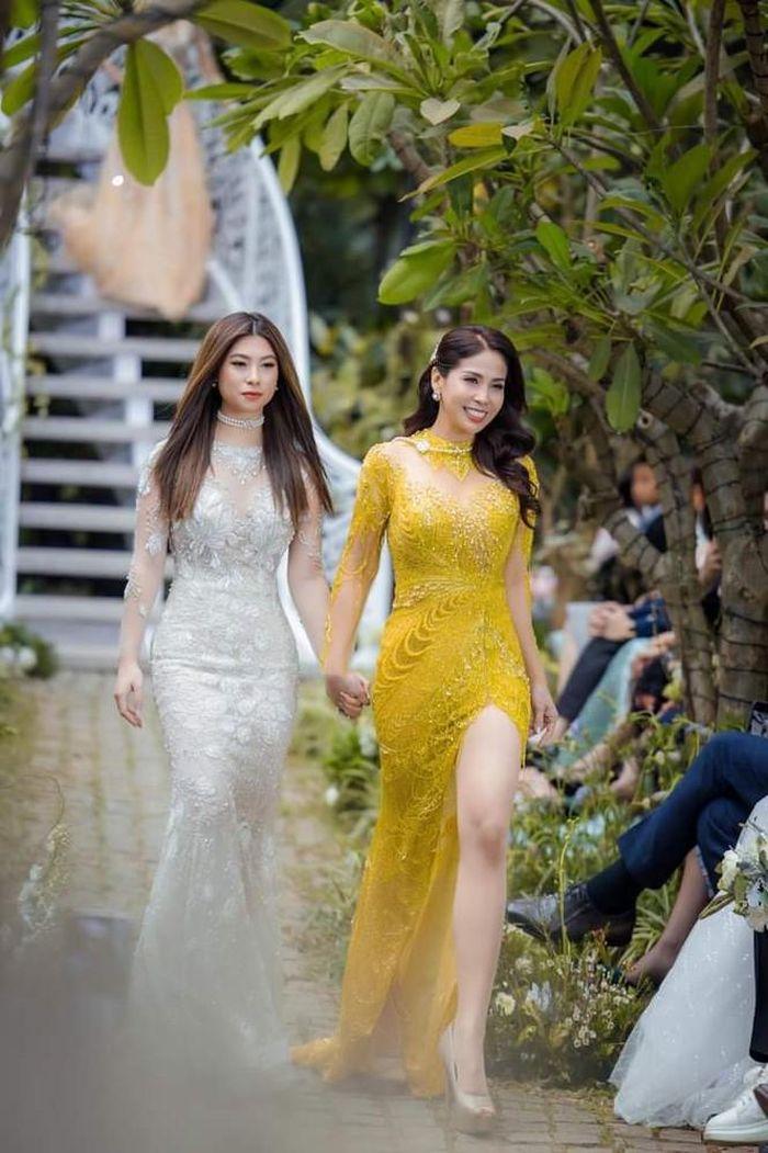 Sau hơn 10 năm xa cách, Lý Hương và con gái đã được nắm tay nhau trên sàn  catwalk - Sinh viên Việt Nam