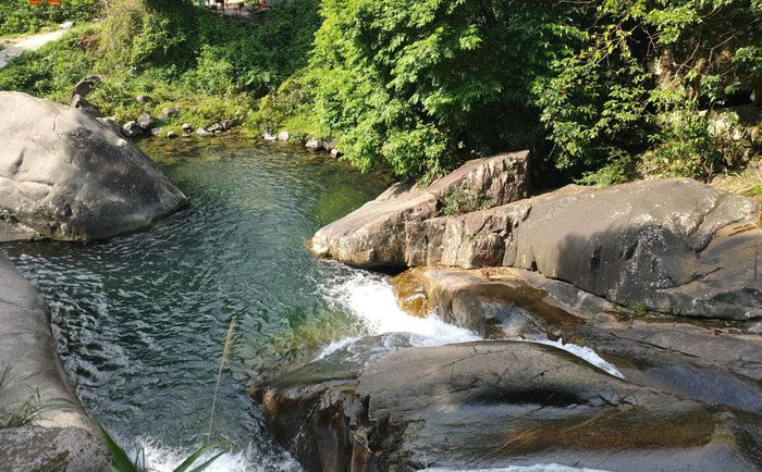 Thác Khe Vằn nhìn từ tầng thác thứ 2 xuống