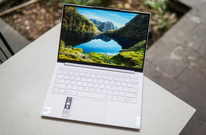 Lenovo ra mắt laptop siêu nhẹ, màn hình QHD, RAM 16GB