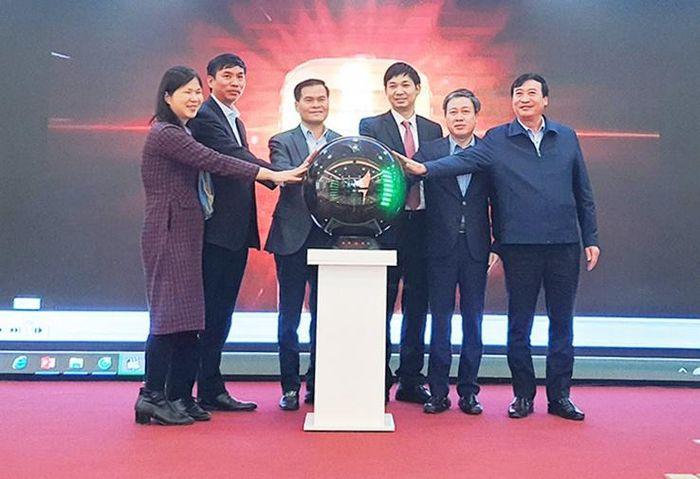 Các đại biểu ấn nút công bố và khởi động hệ thống cơ sở dữ liệu truy xuất nguồn gốc thực phẩm nông, lâm, thủy sản an toàn tỉnh Quảng Ninh.