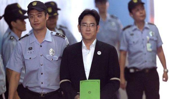 Samsung làm gì để tự cứu mình khi 'Thái tử' chấp nhận ngồi tù?