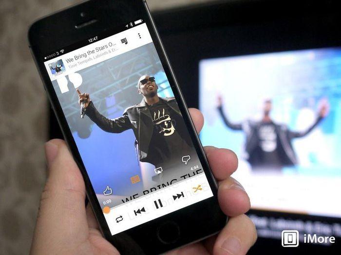 Smartphone Android giảm giá nhanh gấp đôi iPhone sau một năm