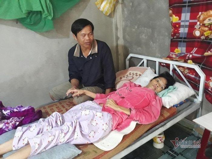 Vợ xuất huyết não liệt giường, cám cảnh chồng nuôi 3 con thơ dại - Báo  VietnamNet
