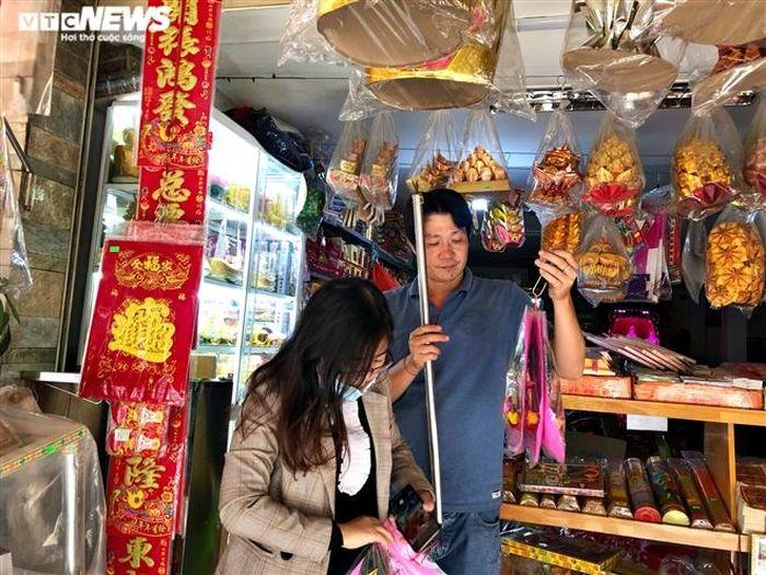 Người Sài Gòn mua 'ô tô điện, iPhone, iPad' cúng ông Công, ông Táo