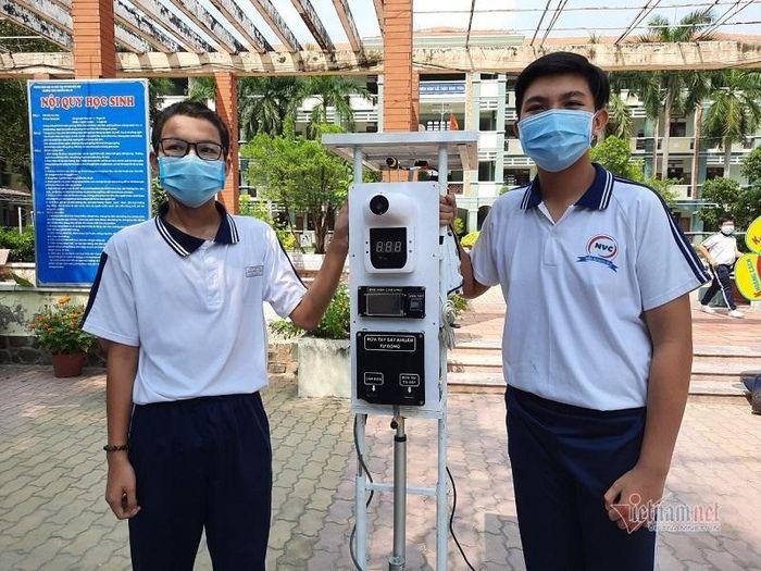 Học sinh cấp 2 chế máy đo thân nhiệt và quét vân tay giá 8 triệu