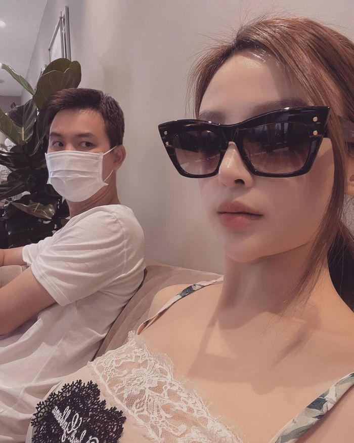 Sau loạt bài 'bán than' trên mạng, Huyền Baby hạnh phúc khi được chồng ngồi chờ trong lúc mua sắm
