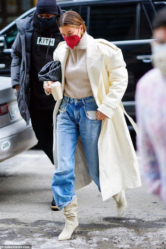 Hailey Baldwin lên đời phong cách với set đồ da hàng hiệu