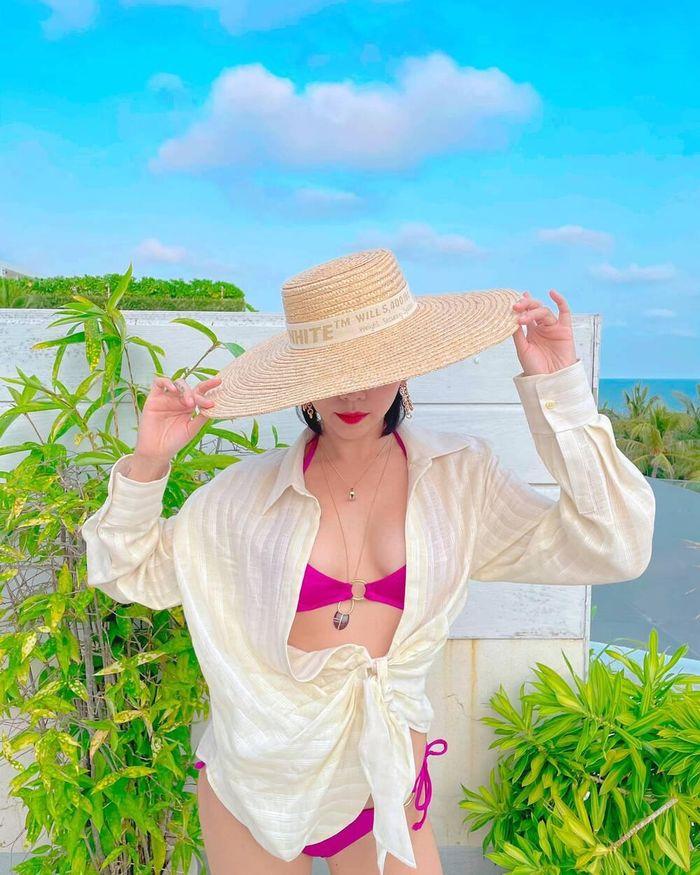Tóc Tiên 'nửa kín nửa hở' với bikini tạo dáng quyến rũ bên cạnh biển xanh ngát trời