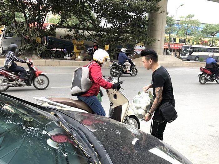 Ca sĩ Linh Nguyễn cùng Tổng giá́m đốc PT Casa giải cứu nông sản Hải Dương