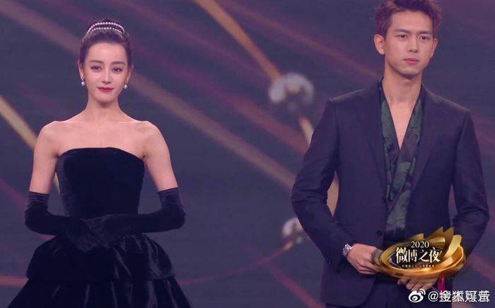 Địch Lệ Nhiệt Ba - Lý Hiện xấu hổ vì nhảy múa tại 'Đêm hội Weibo 2020': Sẽ là cặp đôi mới của Cbiz?
