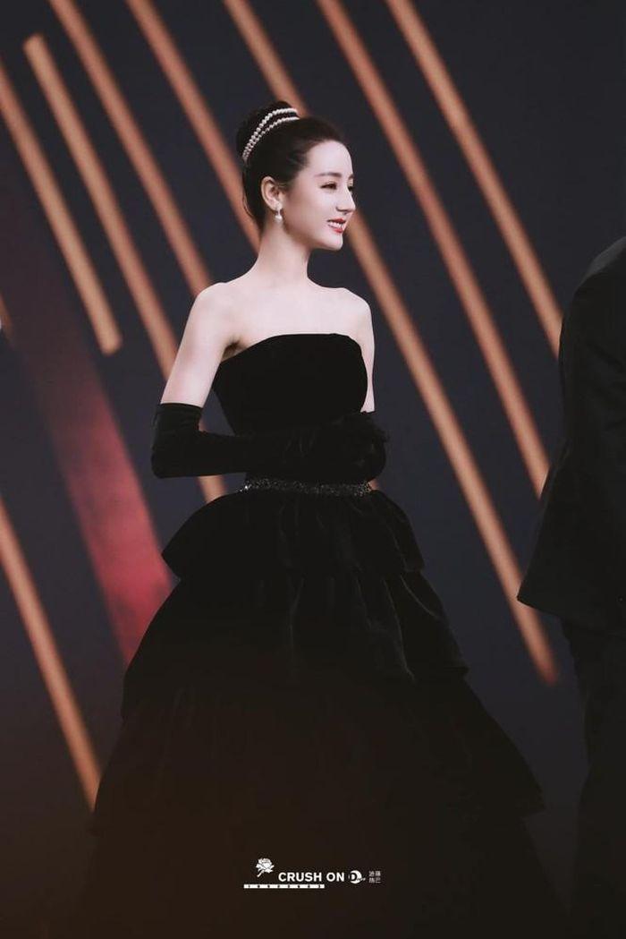 Mất điểm vì tóc ngắn trên thảm đỏ Weibo, nhưng Look 2 của Địch Lệ Nhiệt Ba lại khiến netizen chao đảo