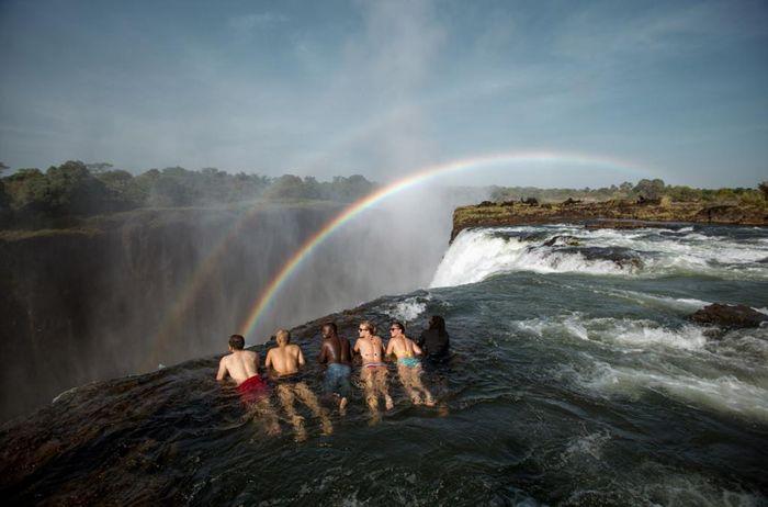 Bể bơi của Quỷ dữ trên đỉnh thác nước nguy hiểm nhất thế giới