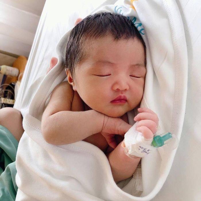 Những hình ảnh của tiểu công chúa Winnie lúc 1 tuần tuổi: Siêu đáng yêu