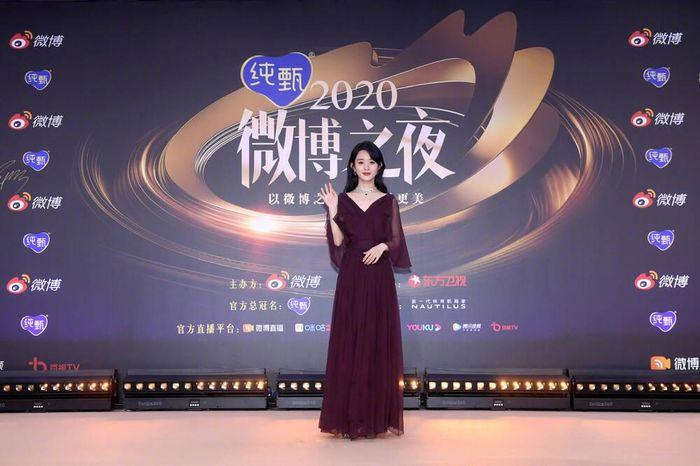 Hai 'nàng thơ' Dior Angelababy & Triệu Lệ Dĩnh so kè váy áo trên thảm đỏ