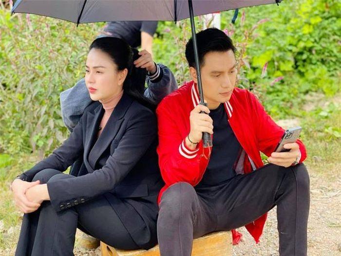 Lộ cảnh siêu lãng mạn nhưng hứa hẹn 'tận cùng đau khổ' của Minh - Hoàng  dưới cơn mưa trong Hướng dương ngược nắng