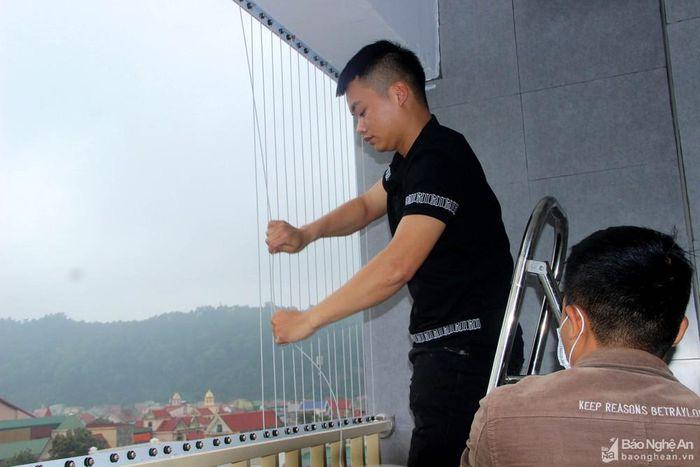 Người dân TP. Vinh đổ xô lắp đặt lưới an toàn chung cư sau sự cố bé gái rơi từ tầng 12
