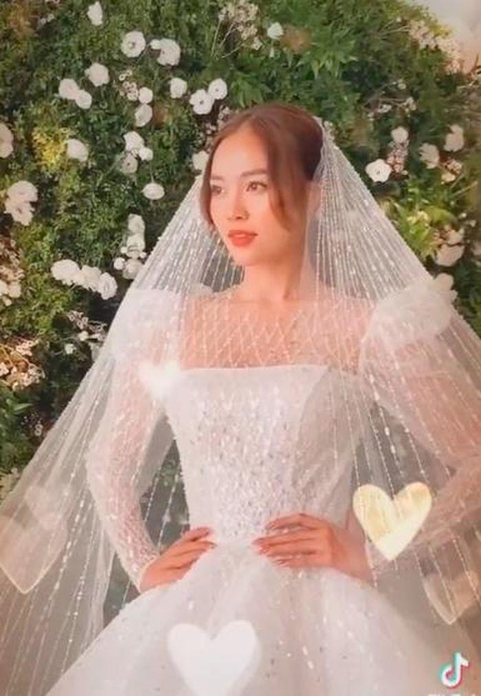Mới đeo nhẫn ở ngón áp út, Ninh Dương Lan Ngọc 'chơi lớn' khoe luôn cả clip đi chụp ảnh cưới?