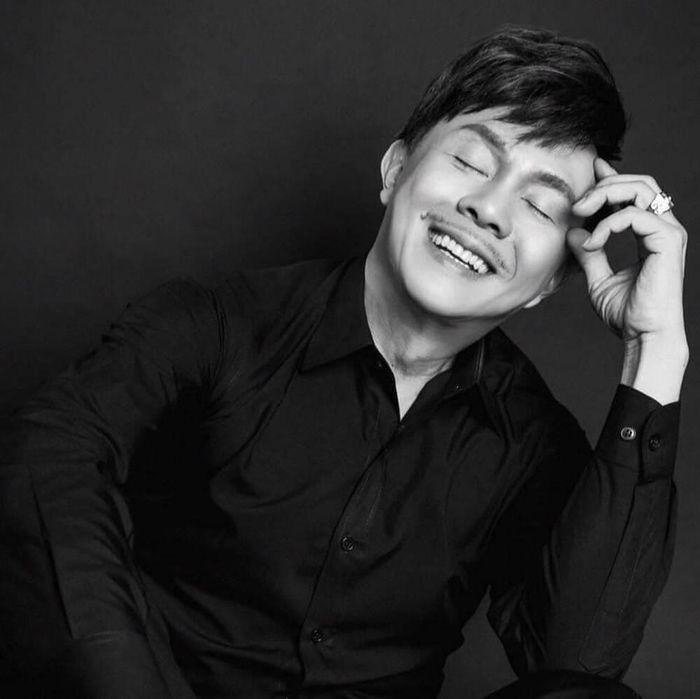 Khoảnh khắc bình dị của cố nghệ sĩ Chí Tài lần đầu được công bố, đánh đàn say mê gây hoài niệm thương nhớ