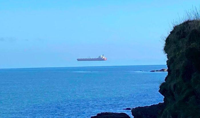 Giải mã hiện tượng lạ con tàu bay lơ lửng trên mặt biển tại Anh