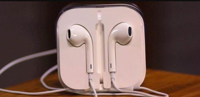 Vì sao tai nghe của Apple luôn có một lỗ hổng kỳ lạ?