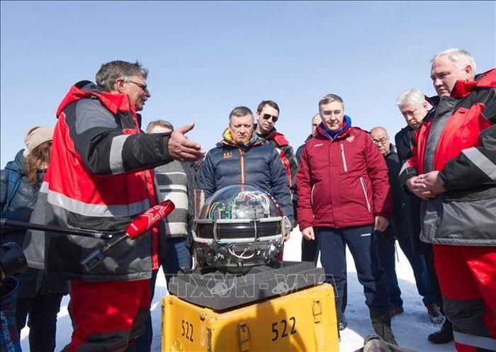 Nga thả kính viễn vọng xuống hồ Baikal