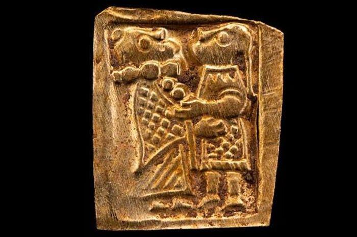 Giải mã hình ảnh đặc biệt trên miếng vàng cổ đại