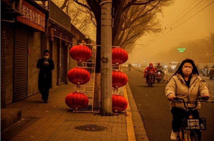 Bão cát kinh khủng nhất trong 10 năm qua ở Trung Quốc, cảnh tượng 'như ngày tận thế'