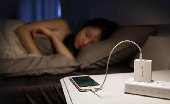 Nhanh có điện thoại mới nếu không bỏ thói quen... sạc qua đêm
