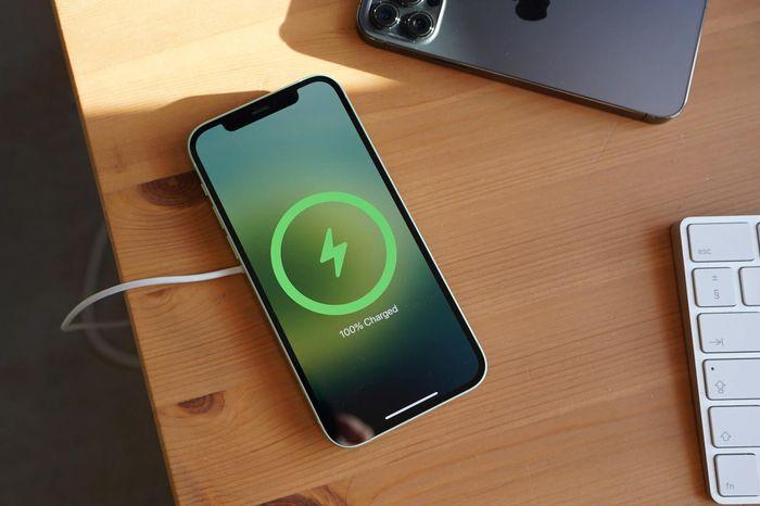 Apple khuyến cáo người dùng không sạc iPhone qua đêm