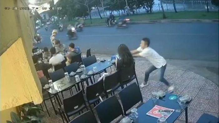 Ngồi quán ăn vỉa hè, 1 phụ nữ bị giật điện thoại Iphone 12