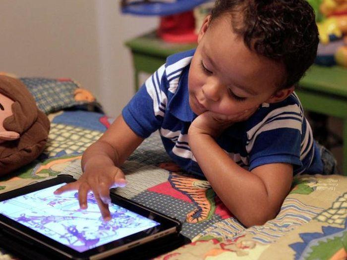 Trẻ 18 tháng tuổi xem điện thoại, ipad hơn 1 giờ/ngày có thể gặp phải hàng loạt vấn đề về hành vi lúc lên 5 tuổi