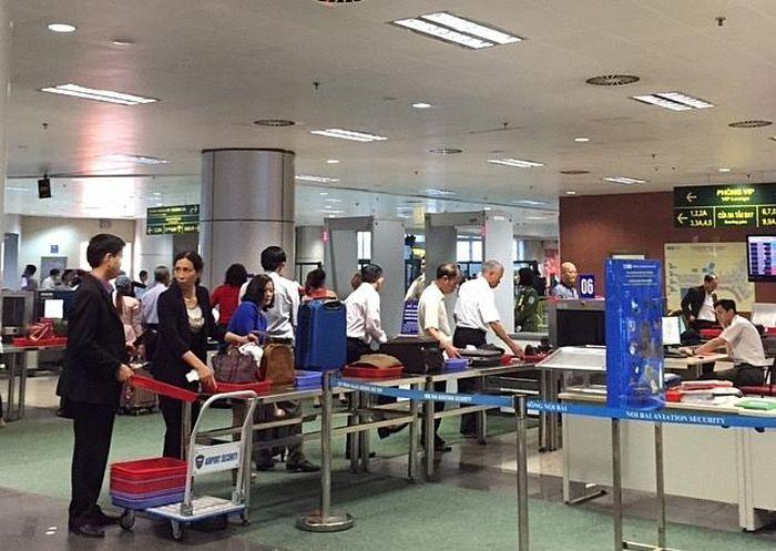 'Cầm nhầm' điện thoại ở sân bay, hành khách nam bị bắt sát giờ bay