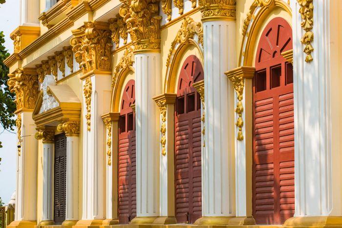 Bên trong tòa lâu đài màu vàng tự thiết kế của ông chủ lò gạch