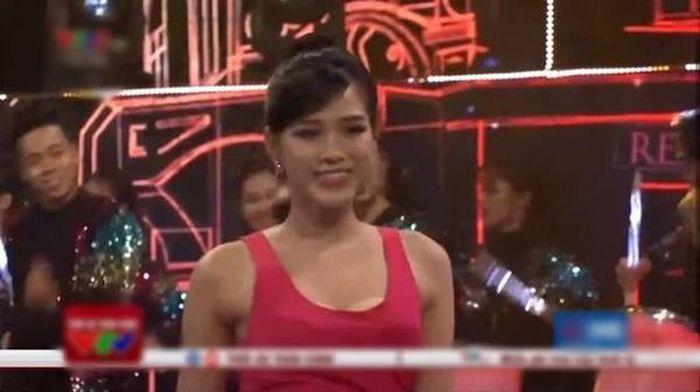 Sao Việt gặp sự cố trên sóng truyền hình: Hoa hậu Đỗ Hà hớ hênh lộ miếng dán ngực