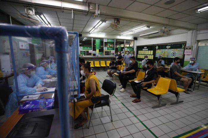 COVID-19 tại ASEAN hết 13/4: Thủ đô Campuchia gia hạn giới nghiêm; Malaysia tin tưởng vaccine Trung Quốc