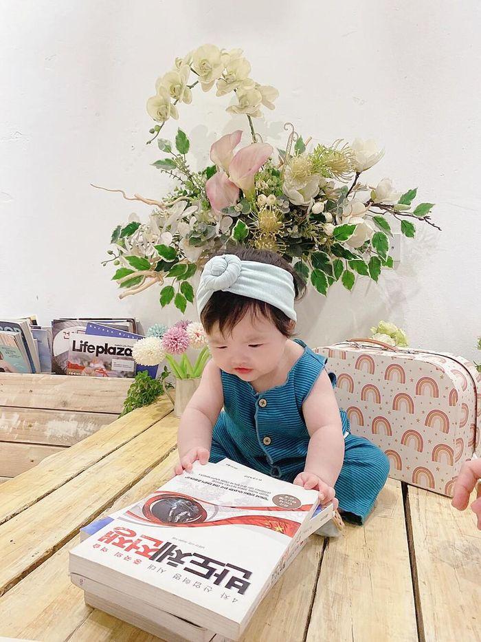 Bé Winnie chứng minh mình là 'gái đảm', 6 tháng tuổi đã biết nhặt rau giúp mẹ Đông Nhi?