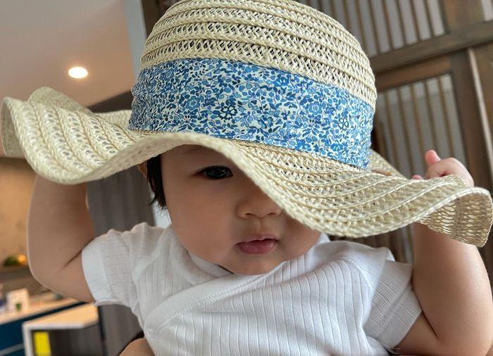 'Cưng muốn xỉu' với bé Suchin nhà Cường Đô La: Mái ngố, má bánh bao, biểu cảm hoạt hình