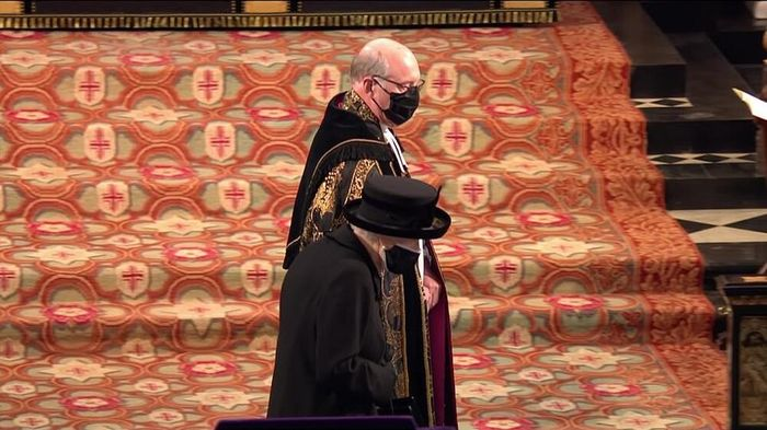 Nghẹn lòng giây phút Nữ hoàng lau nước mắt khi theo sau quan tài của Hoàng thân Philip