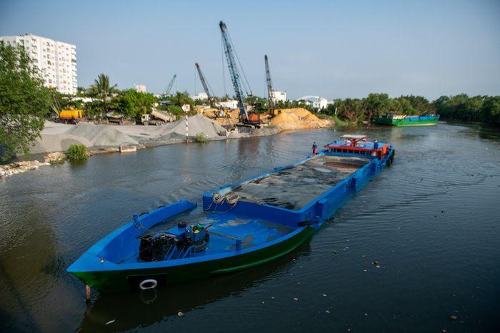 Hai bến thủy hoạt động không phép ngay cạnh UBND quận