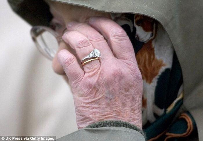 Nữ hoàng âm thầm dùng trang sức để bày tỏ tình cảm với Hoàng thân Philip