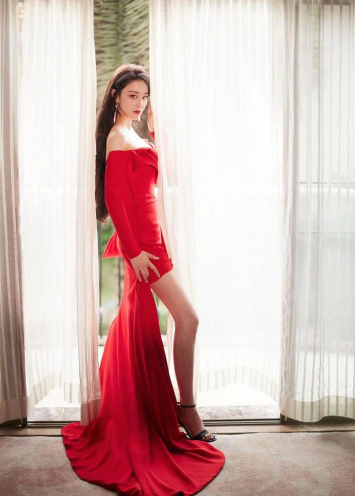 'Tình địch' Phạm Băng Băng trở lại với visual quyến rũ trong bộ váy kiệm vải