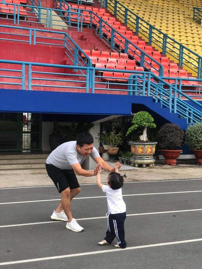 Trường Giang tập thể dục với con gái Destiny ngày cuối tuần khiến fan thích thú