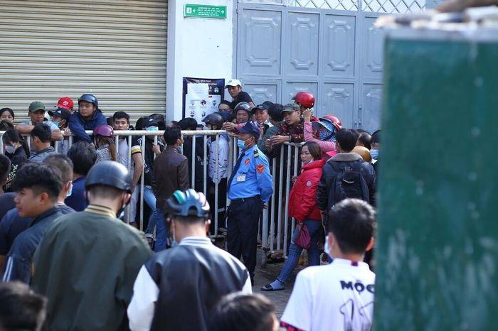 Hàng nghìn người vây kín và tranh nhau mua vé xem HAGL từ 5 giờ sáng, bầu Đức sướng!