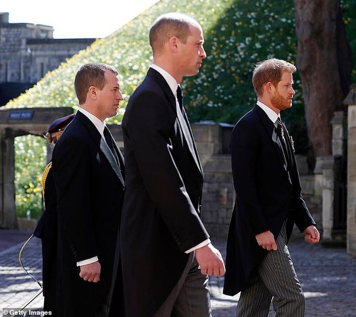 Kate tự tách ra để hai anh em William và Harry trò chuyện riêng - hành động vô cùng tinh tế!