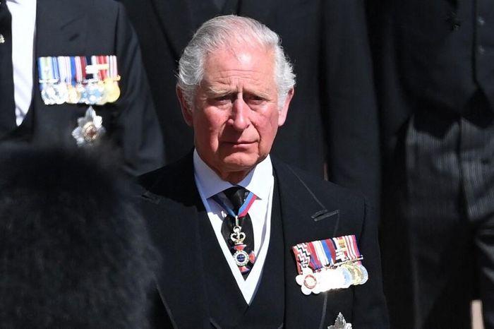 Nữ hoàng ngồi một mình, Thái tử Charles rơi lệ trong giây phút tiễn biệt Hoàng thân Philip