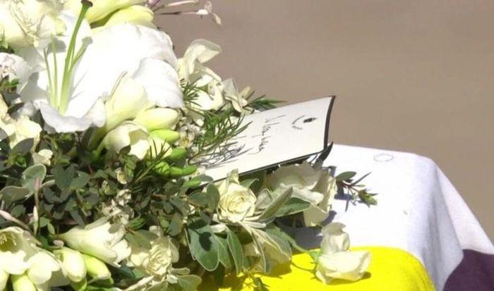 Chữ ký trong bức thư tay thể hiện tình yêu vĩnh cửu của Nữ hoàng với Hoàng thân Philip