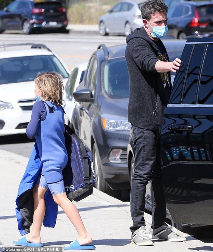 Ben Affleck đưa con trai đi chơi sau khi tình cũ sánh đôi cùng người đàn ông lạ mặt