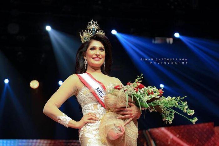 Sau sự cố đánh hoa hậu Sri Lanka bị thương, Mrs World thu hồi danh hiệu của Caroline Jurie không do dự