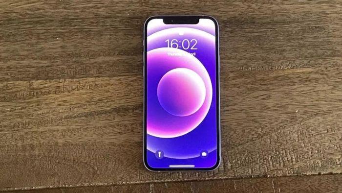 Cận cảnh chiếc iPhone 12 màu tím trước giờ mở bán